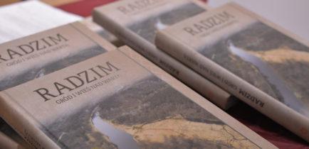 """Aktualności - Promocja książki """"Radzim Gród i wieś nad Wartą""""."""